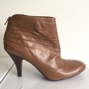 NWT NINE WEST Ankle Boot With Ruching Peanut brown